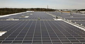A large solar array on the roof of an Amazon distribution center. (Image: Amazon)